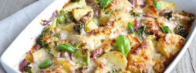 Gemüseauflauf mit Brokkoli, Kartoffeln und Zwiebeln
