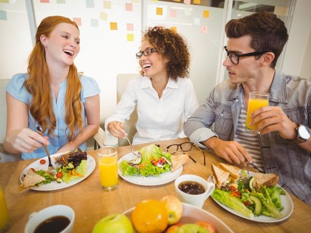 Mitarbeiter nehmen eine gesunde Mahlzeit zu sich