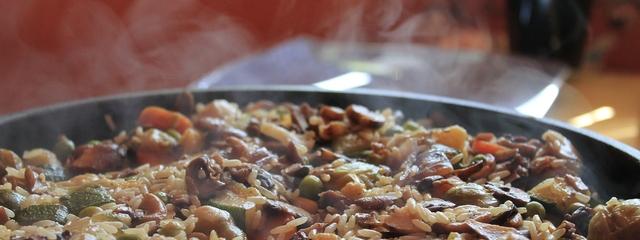 Dampfende Reispfanne