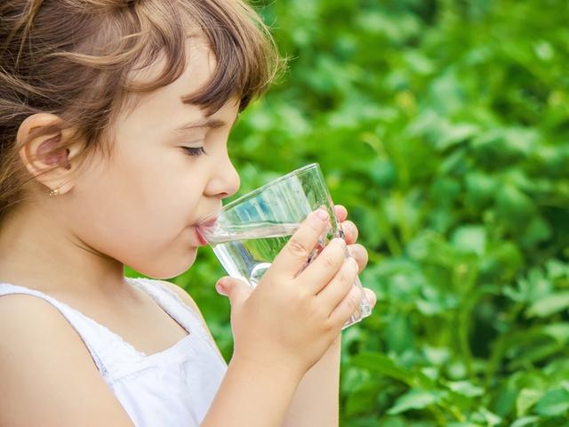 Mädchen mit einem Glas Wasser