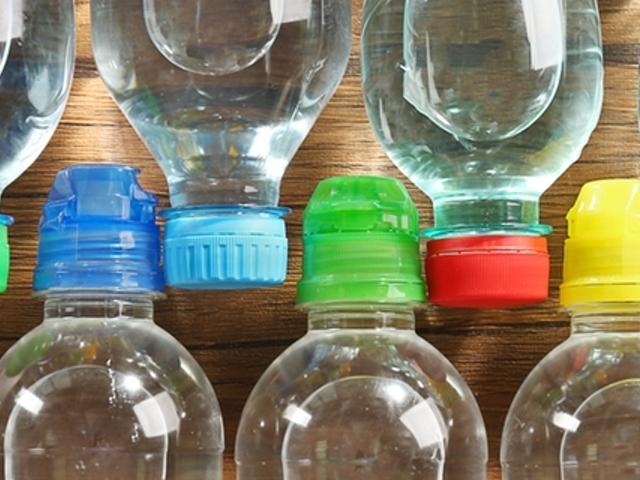 Wasserflaschen mit bunten Deckeln