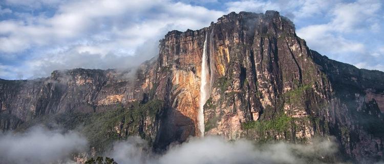 Ein Berg aus dem eine Wasserquelle entspringt